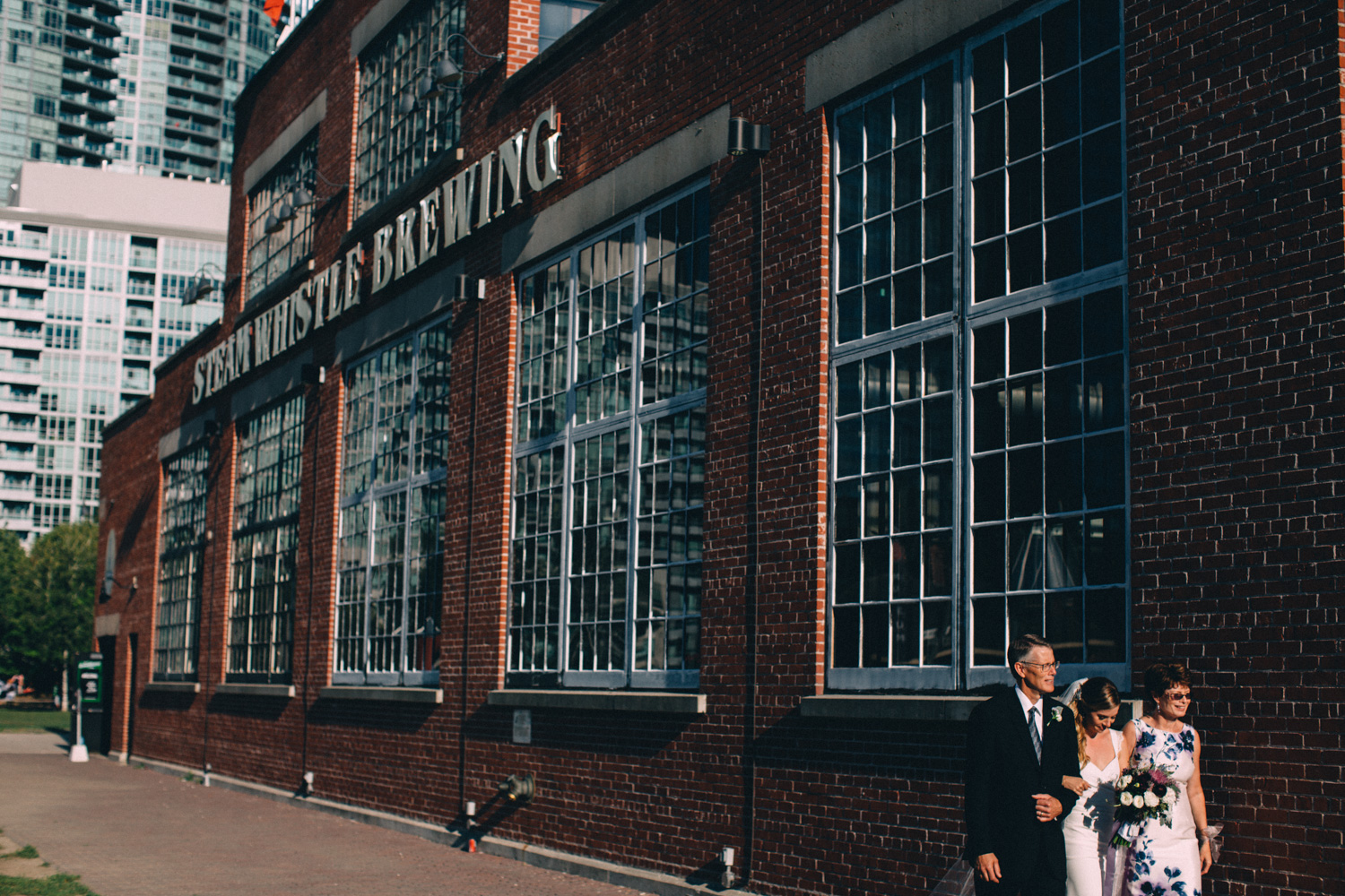 steam-whistle-brewery-wedding-photos-toronto-wedding-photography-by-sam-wong-of-artanis-collective_01036