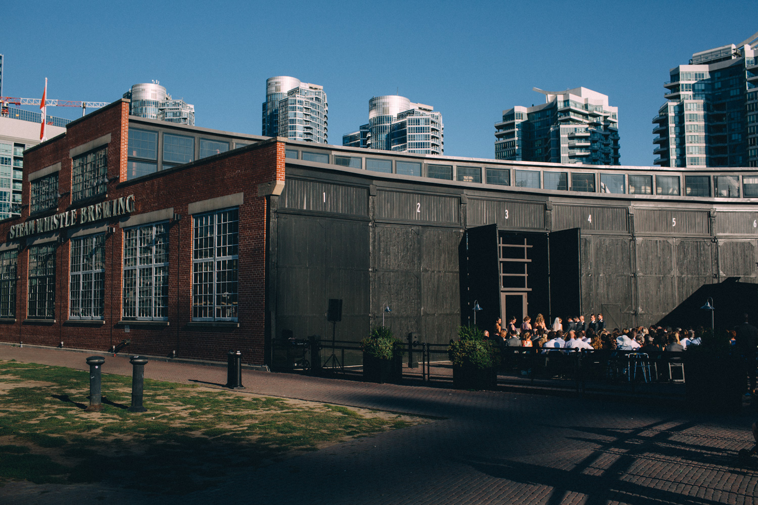 steam-whistle-brewery-wedding-photos-toronto-wedding-photography-by-sam-wong-of-artanis-collective_01037