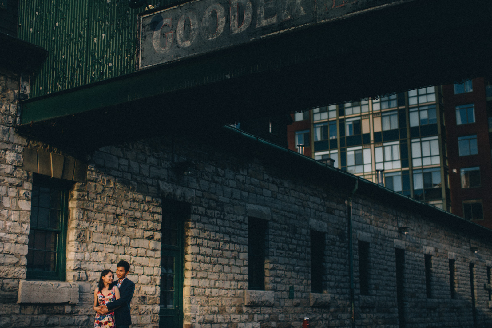 distillery-district-engagement-photos-toronto-wedding-photography-by-sam-wong-of-artanis-collective_018